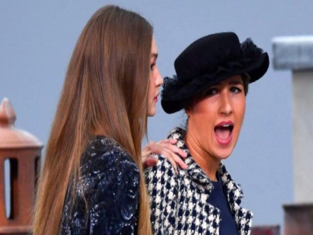 Defilede mankenlere özenen kadın podyuma çıkıp yürüdü, Gigi Hadid sahneden kovdu