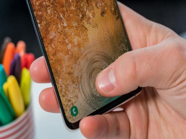Samsung ters çentikli ekranı ile şaşırttı