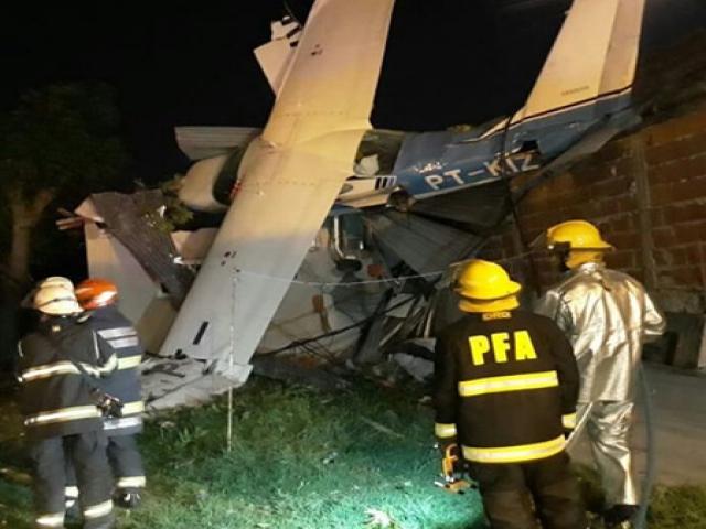 Uçak evin üstüne düştü