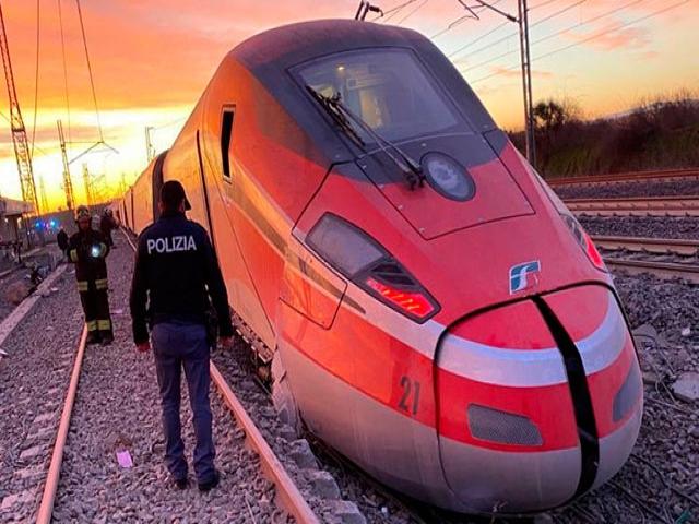 İtalya'da hızlı tren raydan çıktı