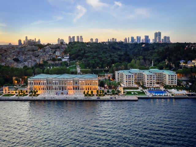"""Çırağan Sarayı'na Dünya'daki En Yüksek Skorlardan Biri ile Forbes Travel Guide'dan """"Beş Yıldız'' Verildi"""