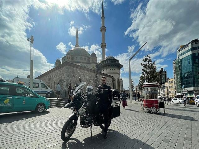 Taksim Camisi'nin imamı motosikletiyle ilgi odağı oluyor