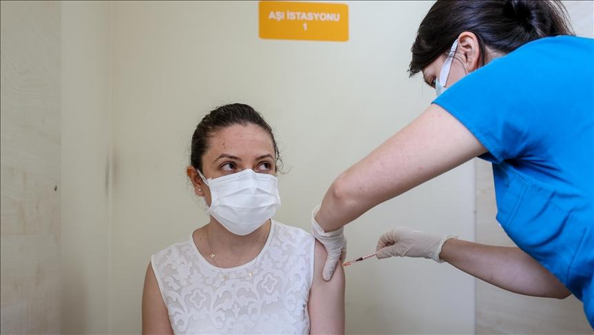 Aşı programındaki 18 yaş üstü nüfusun yüzde 50'sinin tam doz veya ilk doz aşıları tamamlandı