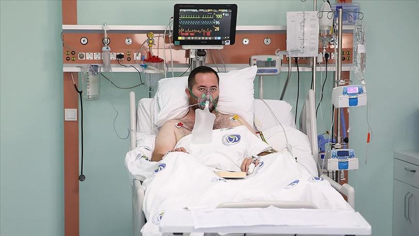 Hastanede Kovid-19 tedavisi süren genç, aşı olmamanın pişmanlığını yaşıyor