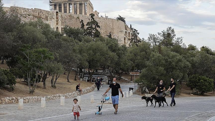Yunanistan'da açık havada maske takma zorunluluğu yarından itibaren kaldırılıyor