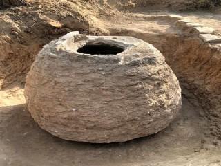 Tarlasını süren çiftçinin traktörüne 200 yıllık tahıl ambarı takıldı