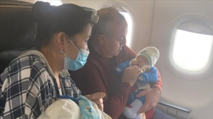 AK Parti Karaman Milletvekili Şeker'den, uçakta rahatsızlanan bebeğe hayati dokunuş