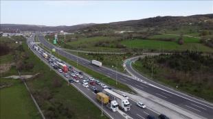 Anadolu Otoyolu'nda 'tam kapanma' öncesi trafik yoğunluğu arttı
