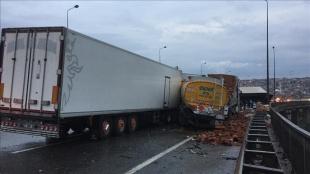 Anadolu Otoyolu'nun Kocaeli kesiminde kaza nedeniyle ulaşım sağlanamıyor