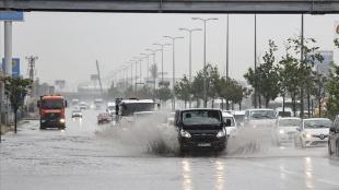 Başkentte şiddetli yağış ve fırtına ağaçları devirdi, su baskınlarına neden oldu