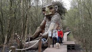Belçika'nın yeşil alanlarında gizlenen ahşap dev heykeller ilgi çekiyor