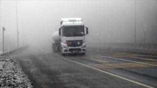 Bolu Dağı'nda kar yağışı ve sis nedeniyle görüş mesafesi 35 metreye kadar düşüyor