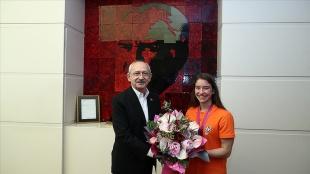 CHP Genel Başkanı Kılıçdaroğlu dünya şampiyonu milli cimnastikçi Ayşe Begüm Onbaşı'yı kabul ett