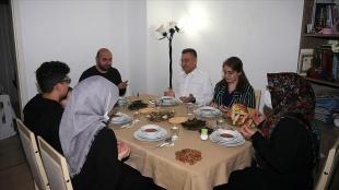 Cumhurbaşkanı Yardımcısı Oktay bir vatandaşın evinde iftar yaptı