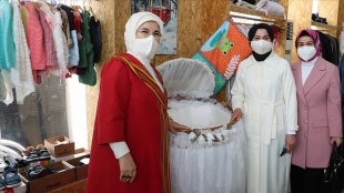 Emine Erdoğan, geliri Filistinli çocuklara bağışlanacak dönüşüm pazarını ziyaret etti