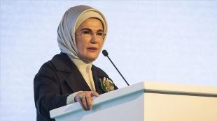 Emine Erdoğan: Mültecilere kapıları açmak, tebessümü esirgememek hepimizin insanlık vazifesidir