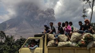 Endonezya'nın Sinabung Yanardağı yeniden kül püskürtmeye başladı