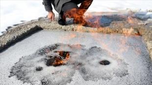 Erzurum'da kaynak suyu üzerinde oluşan köpüklerin yanması vatandaşların ilgisini çekiyor