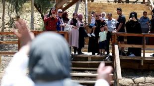 Filistinli kadın 24 yıldır göremediği ailesiyle Ürdün Nehri'nin karşı kıyılarında hasret giderd