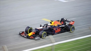 Formula 1'de ilk kez düzenlenen sprint yarışını Max Verstappen kazandı