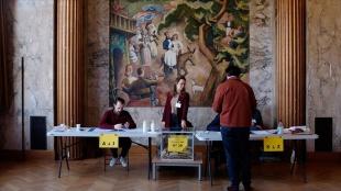 Fransa'da bölge ve vilayetlerde yapılan seçimlere düşük katılımın nedenleri tartışılıyor