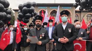 Gaziler ve şehit aileleri, emekli amirallerin açıklamasını siyah balonla protesto etti