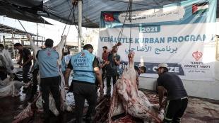 Gazze'de Türkiye Diyanet Vakfının desteğiyle kesilen kurbanların etleri yoksul ailelere dağıtıl