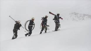 Hakkari'de elektrik arıza ekipleri profesyonel dağcı ve kayakçıları aratmıyor