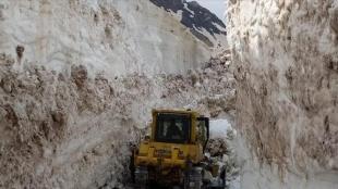 Hakkari'nin yüksek kesimlerinde karla mücadele çalışmaları mayısın son günlerinde de sürüyor