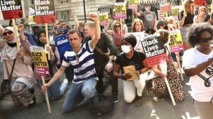 İngiltere'de başbakanlık konutu önünde ırkçılığa karşı 'diz çökme' eylemi yapıldı
