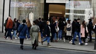 İngiltere'de Kovid-19 vakaları bir hafta içinde yüzde 74 arttı