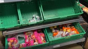 İngiltere'de tedarik sorunu bazı marketlerde rafların boş kalmasına neden oldu