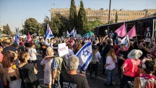 İsrail Meclisinde güven oylaması sürerken dışarıda karşıt gruplar gösteri düzenleniyor