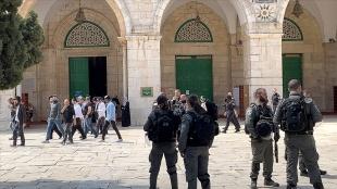 İsrail polisi korumasındaki fanatik Yahudiler Mescid-i Aksa'ya baskın düzenledi