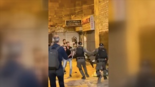İsrail polisi Şam Kapısı'nda akşam namazı kılan Filistinlilere saldırdı