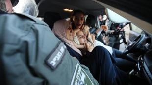İsrail polisi, Şeyh Cerrah Mahallesi'nde Filistinli kadınları darbetti birinin başörtüsünü çıka