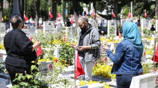 İstanbul'da kısıtlamadan muaf tutulan şehit yakınları kabirleri ziyaret etti