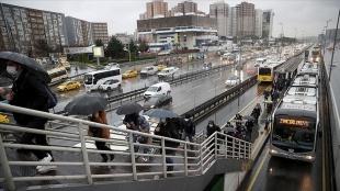 İstanbul'da kısıtlamanın sona ermesinin ardından sağanak yağışın etkisiyle trafik yoğunluğu art