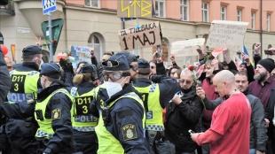 İsveç'te 1 Mayıs'ı bahane ederek Kovid-19 kısıtlamalarını protesto eden gruba polis müdaha