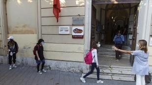 İtalya'da Kovid-19 önlemleri eşliğinde yaklaşık 4 milyon öğrenci için ders zili çaldı