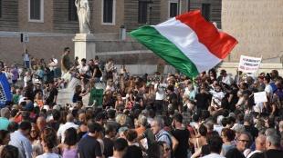 İtalya'da Kovid-19 önlemleri kapsamında çıkarılacak 'Yeşil Geçiş' belgesi protesto ed