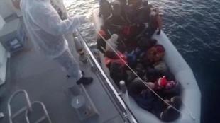 İzmir'de Türk kişmiri sularına itilen 32 sığınmacı kurtarıldı