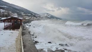 Kastamonu'da etkili olan fırtına nedeniyle Karadeniz'de 4 metre yüksekliğinde dalgalar olu