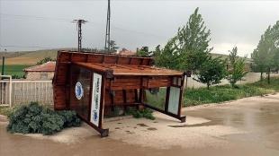 Kırıkkale'de şiddetli fırtına çatıları uçurdu, ağaçları devirdi