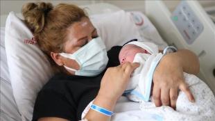 Kovid-19'a yakalandığı hamilelik sürecinde aşısını yaptıran kadın bebeğini kucağına aldı
