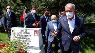 Milli Savunma Bakanı Akar, Kayseri'de şehitlikleri ziyaret etti