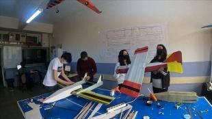 Model uçak tasarlayan liseliler TEKNOFEST'te başarılı olmayı hedefliyor