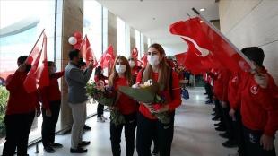 Olimpiyat şampiyonu Golbol Kadın Milli Takımı Ankara'da çiçeklerle karşılandı