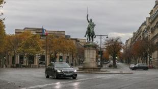 Paris'te Kovid-19 nedeniyle 3'üncü kez sokağa çıkma kısıtlamasına gidiliyor