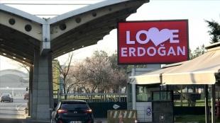 Sabiha Gökçen Havalimanı'nda LED ekrana 'Love Erdoğan' görseli yansıtıldı